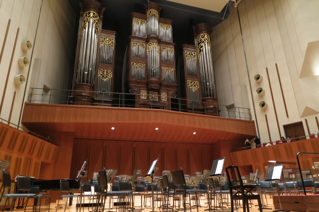 soku_34662.jpg :: 室内 音楽鑑賞 池袋芸術劇場 管弦楽団 演奏前 パイプオルガン