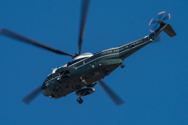 soku_35293.jpg :: 乗り物 交通 航空機 ヘリコプター 軍用機 マリーンワン Marine-One トランプ大統領 横田基地