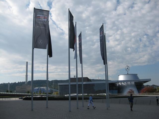 soku_36257.jpg :: ドイツ メルセデスミュージアム 入口 旗