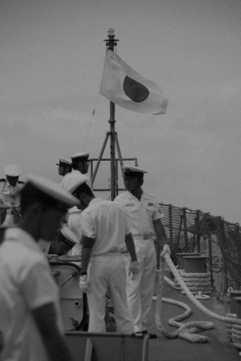 soku_02660.jpg :: 海上自衛隊 護衛艦 索 軍人 日の丸 日章旗 艦首 モノクロ