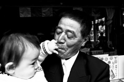 soku_05680.jpg :: 人物 子供 赤ちゃん お爺ちゃん モノクロ