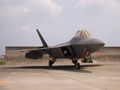 soku_07260.jpg :: 乗り物 交通 航空機 飛行機 F-22 ラプター 戦闘機 横田基地