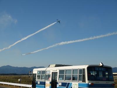 soku_07416.jpg :: 宮崎 新田原基地 ブルーインパルス T.4 宮崎交通旧式バス