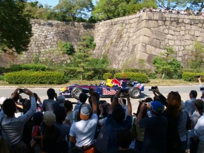 soku_10175.jpg :: 自動車 車 レーシングカー レッドブル RedBull 建造物 城 壁 石壁 石垣