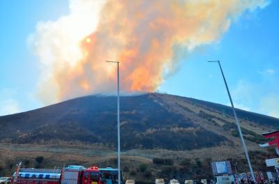 soku_10224.jpg :: イベント 伊豆大室山 山焼き 火 炎 まるで噴火の様