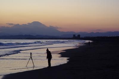 soku_10258.jpg :: 風景 自然 海 砂浜 波打ち際 カメラ機材 三脚 富士山 空 夕日 夕焼け 日没