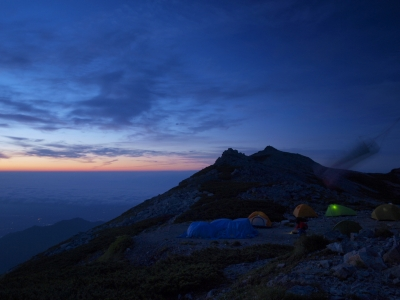 soku_10922.jpg :: 風景 自然 山 概観 日の出前 空 雲 ブルーアワー