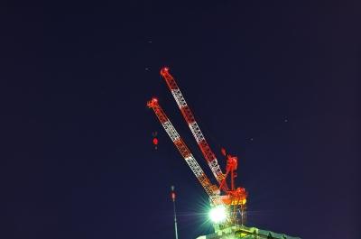 soku_11030.jpg :: 建築 建造物 高層ビル 産業機械 重機 起重機 クレーン 風景 自然 雪景色 夜景