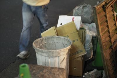 soku_11369.jpg :: 建築 建造物 道路 路上 ゴミ 廃棄物