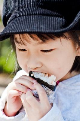 soku_12192.jpg :: 人物 子供 少女 女の子 おにぎりを食べる