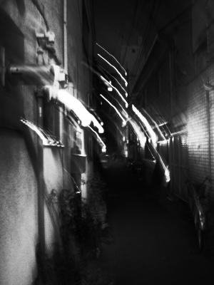 soku_13689.jpg :: 風景 街並み 都市の風景 路地裏 モノクロ スローシャッター
