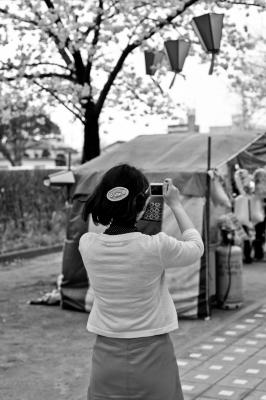 soku_13856.jpg :: 人物 女性 若い女性 カメラ女子 モノクロ