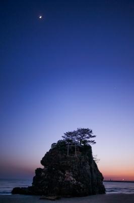 soku_15423.jpg :: 風景 自然 海 島 岩 夜景 建築 建造物 神社 鳥居