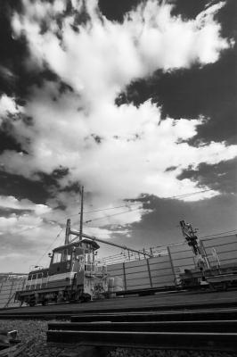 soku_15537.jpg :: 三鷹ヤード 鉄分 空 雲 モノクロ