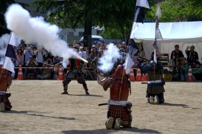 soku_16514.jpg :: 祭り 仙台 青葉まつり 武士 鎧兜 火器 銃 火縄銃 空砲発射