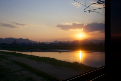 soku_16594.jpg :: 風景 自然 川 朝日 電車 車窓から