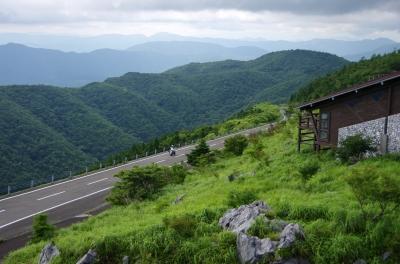 soku_19563.jpg :: 風景 自然 山 建築 建造物 道路 ワインディング