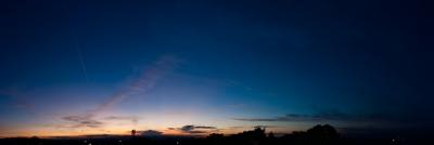 soku_20265.jpg :: 夕暮れ 夕焼け 空 雲 飛行機雲 飛行機 パノラマ (^ー^)