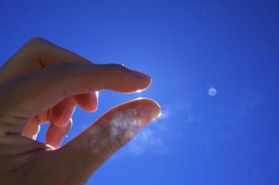soku_20342.jpg :: 人物 ボディパーツ 手 指 色 光 光芒