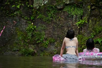 soku_20431.jpg :: 人物 女性 若い女性 女子高生 風景 自然 川 渓谷 水着
