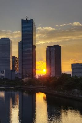 soku_20508.jpg :: 建築 建造物 高層ビル 風景 自然 空 朝日 朝焼け 日の出