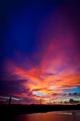 soku_20671.jpg :: 風景 自然 空 夕日 夕焼け 日没 風車 水分 川