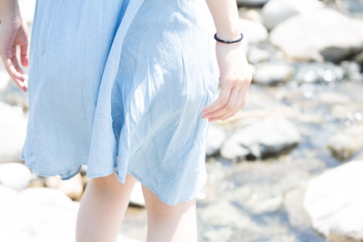 soku_20759.jpg :: 人物 女性 若い女性 後ろ姿 ハイキー