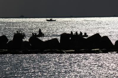 soku_22076.jpg :: 乗り物 船 釣り船 逆光 シルエット
