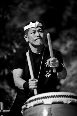 soku_22171.jpg :: 人物 男性 モノクロ 和太鼓
