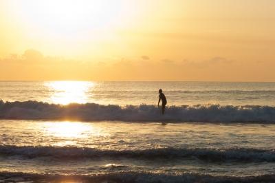 soku_22442.jpg :: 風景 自然 空 朝日 朝焼け 日の出 海 サーフィン あさひを背中に 海水分