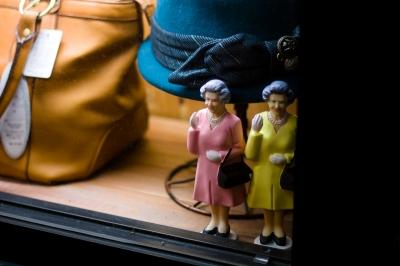 soku_23427.jpg :: 店舗 帽子 鞄 エリザベス女王のフィギュア Solar Queen