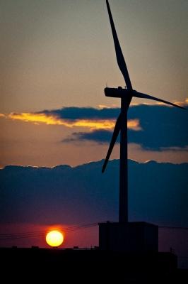 soku_23936.jpg :: 風景 自然 空 夕日 夕焼け 日没 建築 建造物 風車