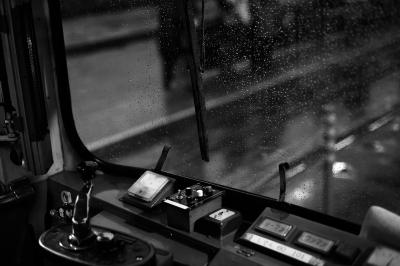 soku_26802.jpg :: 乗り物 交通 鉄道 電車 運転席 モノクロ