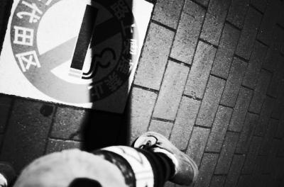 soku_27012.jpg :: 乗り物 交通 道路 人物 ボディパーツ 足 モノクロ