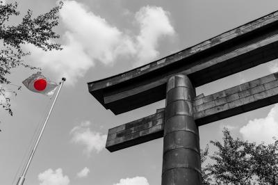 soku_28336.jpg :: 建築 建造物 神社 鳥居 日章旗 日の丸 国旗 ワンポイントカラー