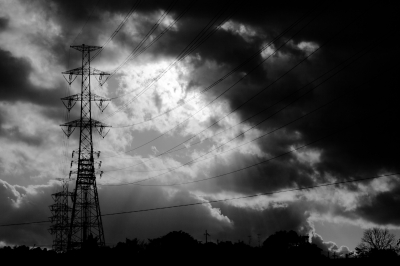 soku_29447.jpg :: 送電線 鉄塔 風景 自然 空 暗雲 モノクロ