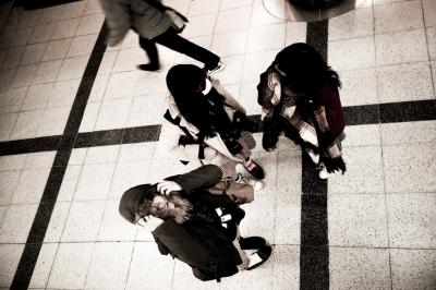 soku_29572.jpg :: 街並み 人物 女性 若い女性グループ モノクロ