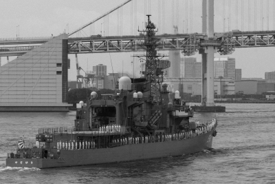 soku_30850.jpg :: 東京港 晴海埠頭 練習艦隊出航 乗り物 交通 船 護衛艦 モノクロ