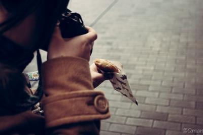 soku_30920.jpg :: 人物 女性 若い女性 カメラ 写真 コロッケ 街並み 商店街 食べ物