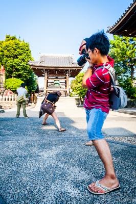 soku_30921.jpg :: 人物 男性 女性 カメラ 写真 撮影 建築 建造物 仏閣