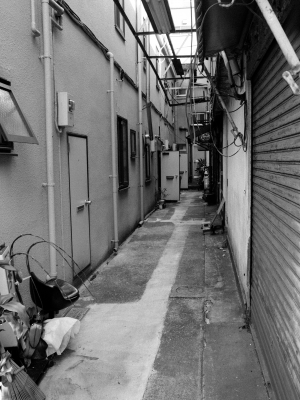 soku_31005.jpg :: 風景 街並み 都市の風景 路地裏 モノクロ