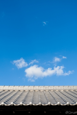 soku_31726.jpg :: 風景 空 和風 瓦 屋根 雲 青空 秋晴れ