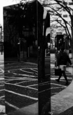 soku_32020.jpg :: 風景 街並み 都市の風景 アート 工芸品 モニュメント 石 モノクロ