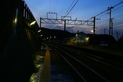 soku_32179.jpg :: 北陸本線 有間川駅 建築 建造物 線路 夜景