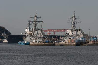 soku_32469.jpg :: 海上自衛隊 横須賀基地 逸見岸壁 DDH-183 いずも izumo 祝就役 イージス艦と大きさ比較 いずもの曳航作業ににつく米イージス曳船