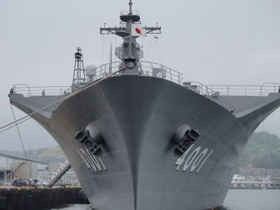 soku_32535.jpg :: 自衛艦 輸送艦 LS LST.4001 おおすみ Osumi 艦首 日章旗 日の丸 国旗