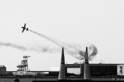 soku_32816.jpg :: 乗り物 交通 航空機 飛行機 軍用機 モノクロ レース RedBull レッドブル エアレース