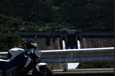 soku_32822.jpg :: 建築 建造物 ダム 砂防ダム 乗り物 交通 自動車 オートバイ バイク RAW