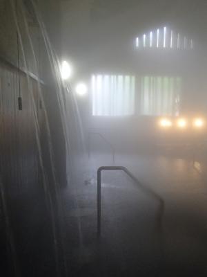 soku_32997.jpg :: 筋湯温泉「日本一のうたせ湯」源泉 かけ流し ズラッと十数本 2mの高さから湯が落ちる