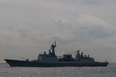 soku_33091.jpg :: 平成27年度 自衛隊観艦式 予行2 韓国海軍 DDH-977 DAE JOYOUNG テジョン 大祚栄 マストに日章旗